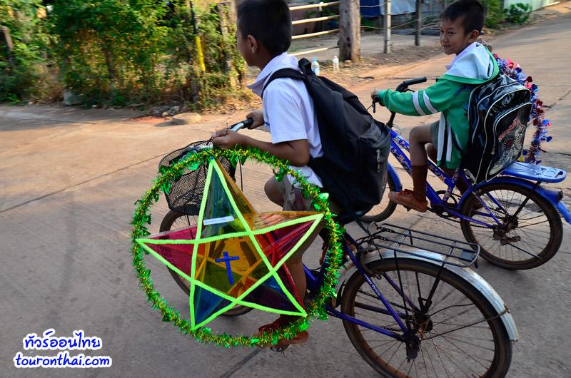 นักเรียนทำดาวจากโรงเรียน