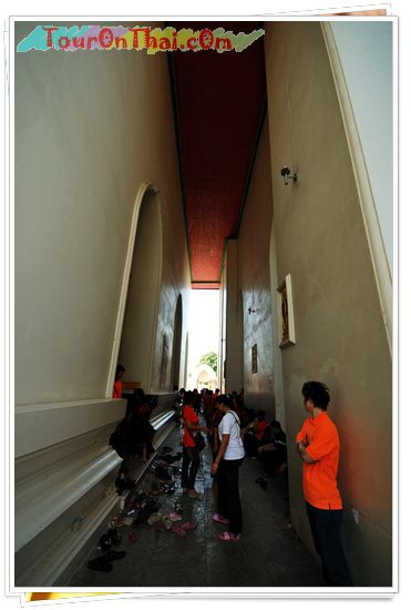 ทางเดินระหว่างวิหารและพระอุโบสถ