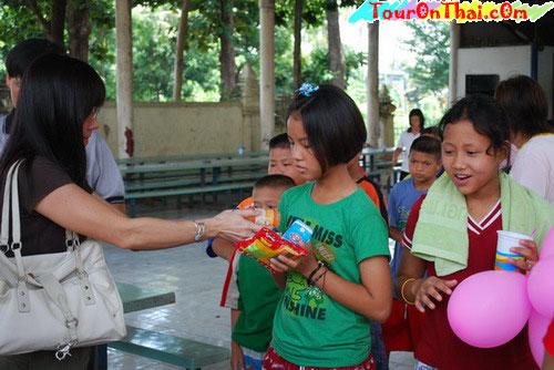 รอยยิ้มดีใจของเด็กๆวัดโบสถ์วรดิตถ์