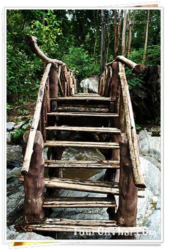 สะพานข้ามน้ำตกลานเลี้ยงม้า