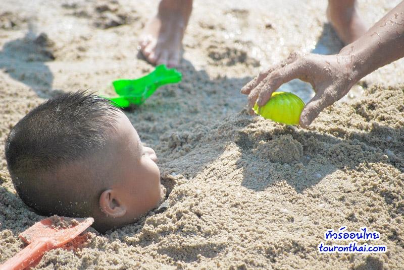 กลบทรายที่หาดบางแสน