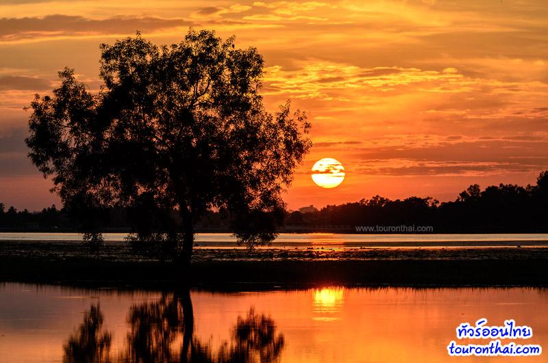 ชมวิวพระอาทิตย์ตกริมอ่างเก็บน้ำ