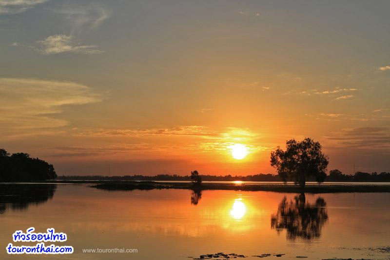 วิวสวยพระอาทิตย์ตกริมน้ำ