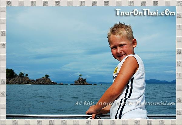 เด็กๆ รอบนเรือระหว่างเที่ยวเกาะไข่นุ้ย