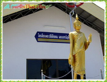 พระพุทธรูปหน้าอาคาร