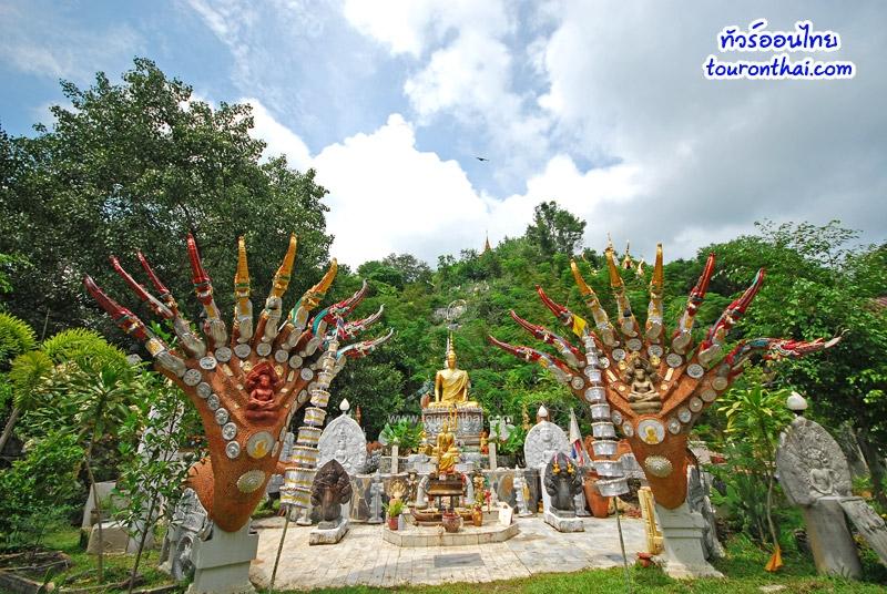 พระพุทธรูปบนลานกว้าง